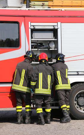 voiture de pompiers: pompiers avec camion de pompiers lors d'un exercice de poste de pompiers