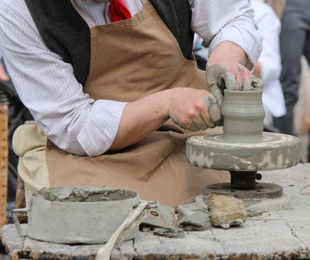 alfarero: alfarero que forma la arcilla para hacer un hermoso jarrón
