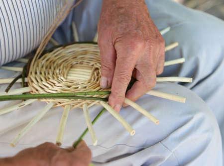 trabajo manual: manos artesano experto, mientras que la creación de una cesta de mimbre