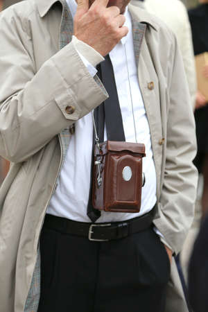 mackintosh: photojournalist with antique camera and vintage clothes Stock Photo