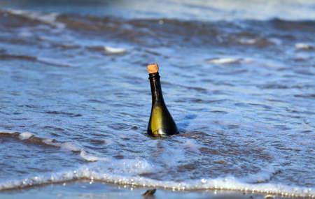mapas conceptuales: Mensaje Secreto en la botella de vidrio en la playa del océano