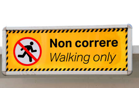 no correr: big sign that says WALKING ONLY in Italian and English Foto de archivo