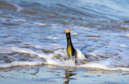 conceptual maps: Mensaje en la botella en la playa del océano Foto de archivo