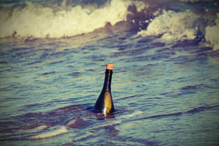 mapas conceptuales: Mensaje en la botella de vidrio en el mar Foto de archivo