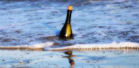 conceptual maps: Secret Message in the glass bottle in the sea Foto de archivo