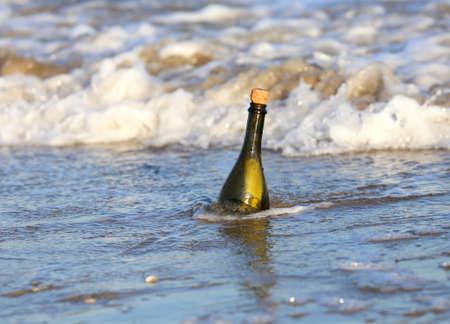 conceptual maps: Mensaje Secreto en la botella de vidrio en la playa del océano