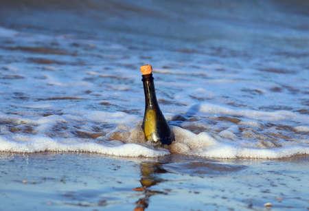 conceptual maps: Mensaje en la botella en el mar azul Foto de archivo
