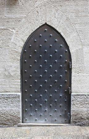 Oude ijzeren poort van een ingang naar het kasteel Stockfoto - 64480300