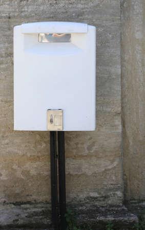 nuova cassetta postale bianca per il servizio postale per i cittadini