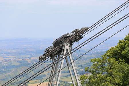 poleas: cables de acero de espesor y poleas para el transporte por cable Transporte en las montañas
