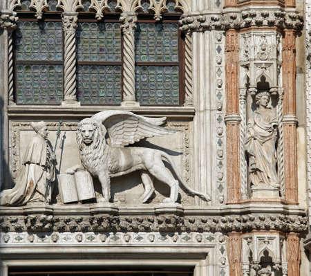 leon con alas: estatua de mármol del león alado en la basílica de San Marcos en Venecia en Italia