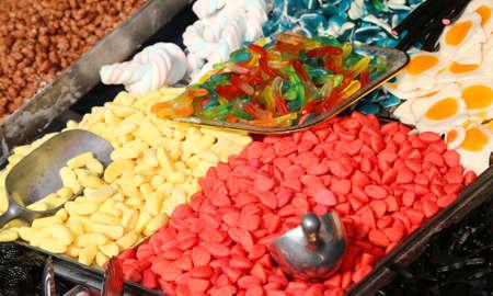 obesidad infantil: caramelos dulces y duro a la venta en el puesto de dulces en el mercado local Foto de archivo