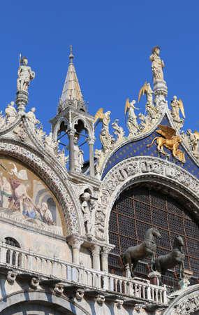 leon con alas: Basílica de San Marcos con el gran símbolo del león alado de la ciudad de Venecia y la República Serenísima en Italia