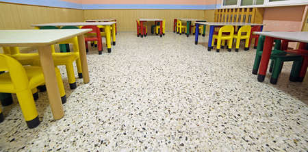 comedor escolar: tables and chairs in the classroom of a school for children Foto de archivo