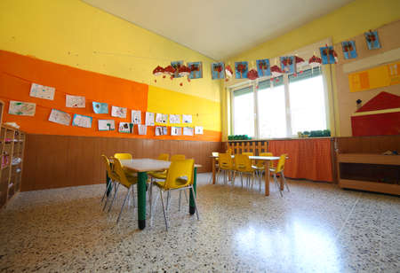 comedor escolar: classroom of a kindergrten with drawings and the tables and small chairs Foto de archivo