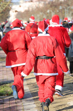 babbo natale: people run during the sporting event called Running with Santa Claus in the public park of the city at Christmas Stock Photo
