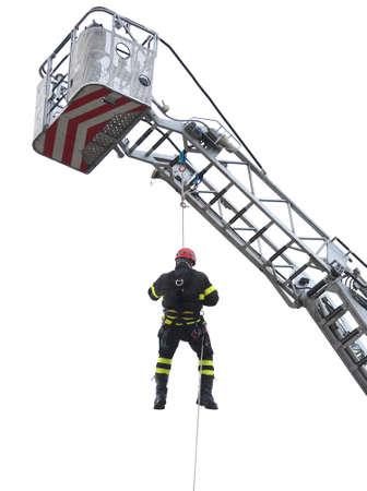 casco rojo: escalador de bomberos con casco rojo cae de la cesta del carro de escala en el fondo blanco