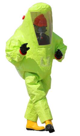 riesgo biologico: hombre con traje y las botas amarilla de protección y un fondo blanco