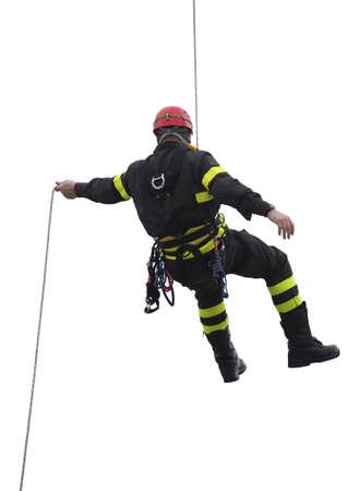 白い背景の赤いヘルメットと消防士のクライマー