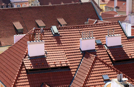 demografia: red tiles on the roofs of the houses of European cities Foto de archivo