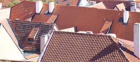 demografia: muchos azulejos rojos en los techos de una ciudad europea