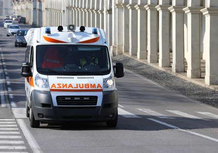 Snelle Italiaanse ambulance loopt naar de stadsstraat tijdens een medische noodsituatie