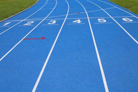 carriles de una pista atlética con números uno dos tres cuatro cinco seis