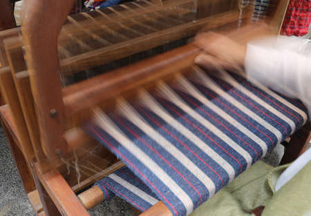 duffle: movement of the hand and the ancient frame when spinning the fabric of the last century techniques