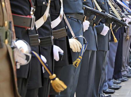fuerzas armadas italianas con muchos agentes en alta uniforme de parada durante las celebraciones de las fuerzas armadas Editorial