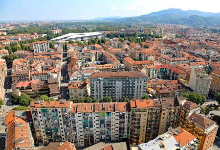 demografia: vista aérea de una metrópoli europea con muchos tejados Foto de archivo