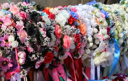 cintillos: cintas para el pelo con color para el cabello y flores para decorar el peinado para la niña Foto de archivo