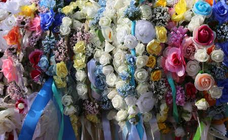 cintillos: cintas para el pelo con color para el cabello y flores para decorar el peinado para la niña y las mujeres jóvenes Foto de archivo