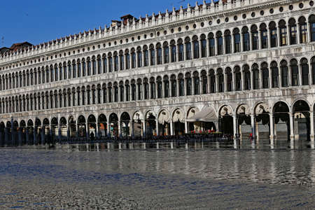 vecchie: Venezia, VE, Italy - January 31, 2015: high tide and the palace called Procuratie Vecchie in Saint Mark Square