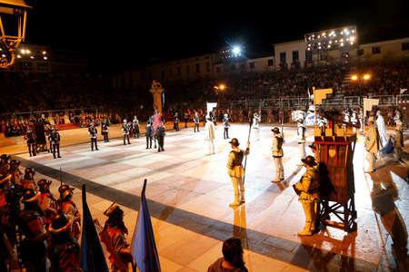 tablero de ajedrez: Marostica, VI, Italy - September 9, 2016: famous chess game with real people in costume and the model of tower by night