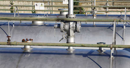 benzene: valve in the series of large pressure tanks for the storage of natural gas in case of rationing of energy resources