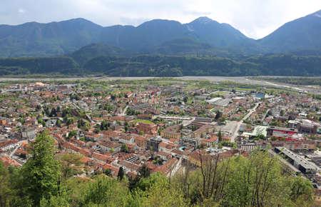 demografia: vista de la ciudad con muchas casas de la cima de la colina Foto de archivo