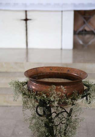pila bautismal: Antigua Pequeña fuente bautismal en cobre dentro de la iglesia