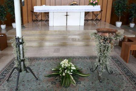 pila bautismal: altar blanco de la iglesia cristiana con la fuente bautismal Foto de archivo