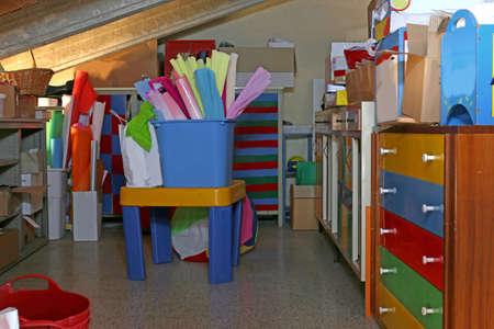 Schulmaterial auf dem Dachboden des Kindergartens