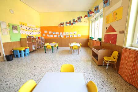 klaslokaal van een kinderdagverblijf zonder kinderen en leraar