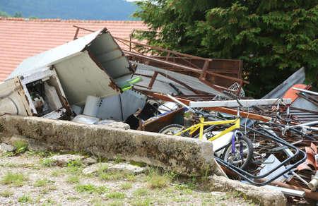 Gecontroleerde afzetting van een stortplaats van ijzerhoudend materiaal met veel roestige en onbruikbare voorwerpen