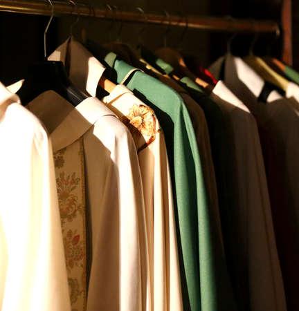 sotana: Muchos vestidos para vestir a los sacerdotes en la sacristía de una antigua iglesia.