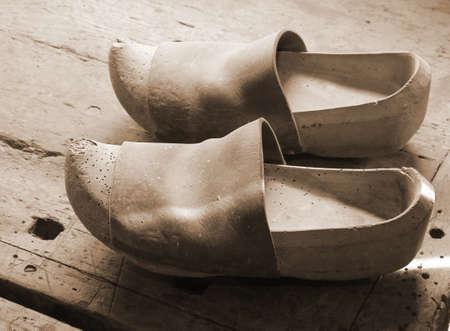 Très vieux sabots en bois faits à la main dans l'atelier de menuiserie Banque d'images - 85072942