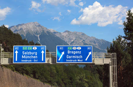 Directions on the motorway to go to Salzburg or to Munich
