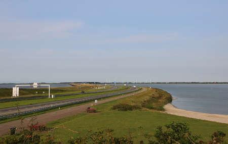 snelweg in het midden van de immense dam in het noorden van Nederland