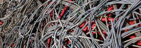 Achtergrond van verlaten elektrische kabels in een stortplaats van recyclebaar materiaal Stockfoto