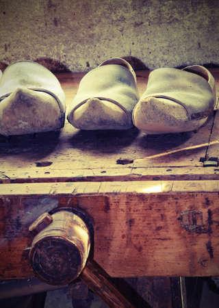 Handmade sabots en bois hollandais faites par un charpentier qualifié dans l & # 39 ; atelier de menuiserie Banque d'images - 85926891