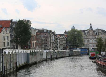 amsterdam en het grote bevaarbare kanaal genaamd SINGEL met drijvende bloemenmarktkraampjes Stockfoto