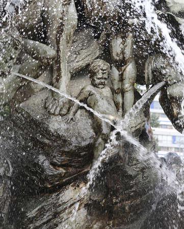 pasgeboren standbeeld huilen in het midden van de waterspatten van de Neptunus-fontein in BERLIJN in DUITSLAND