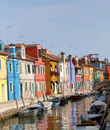 ヴェネチアと可航運河上の反射のブラーノ島の色の家
